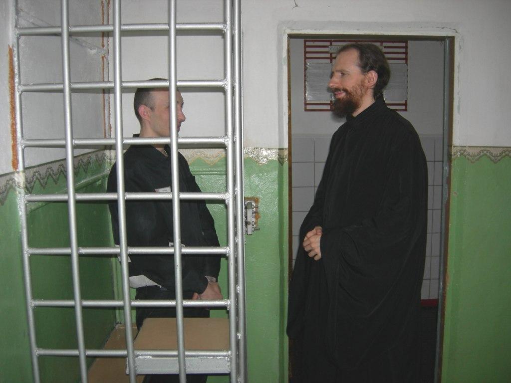 отец Кирилл беседует с осужденным ПЛС